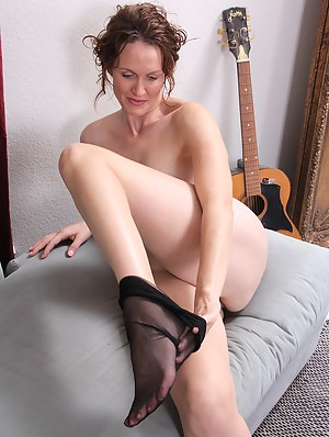 Free Mature Undressing Porn Pictures